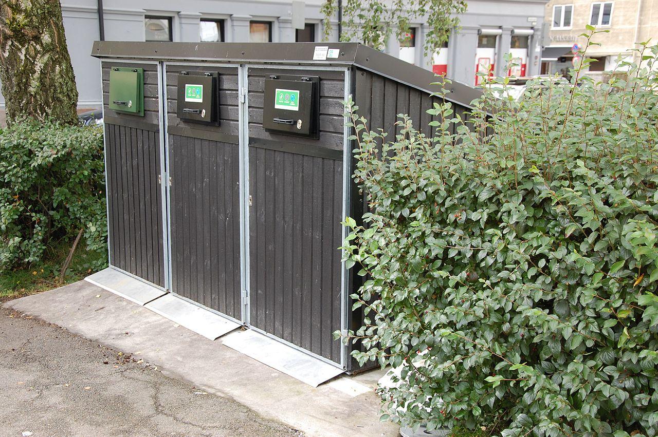 Søppelkasser_for_kildesortering_-_Sarpsborggata_12_-_Oslo_-_2016-08-21.jpg
